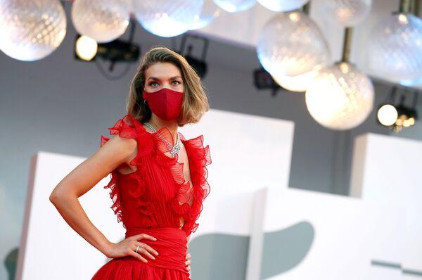 Американская фотомодель Аризона Мьюз в защитной маске на красной дорожке 77-го Венецианского кинофестиваля - Sputnik Таджикистан