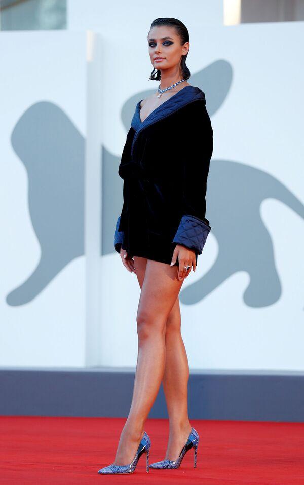 Американская супермодель Тейлор Хилл на красной дорожке 77-го Венецианского кинофестиваля - Sputnik Таджикистан