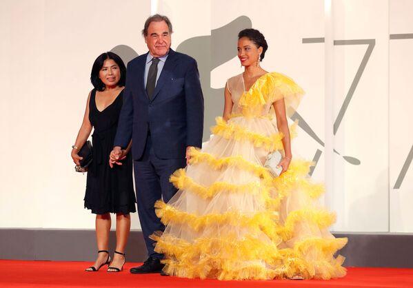Режиссер Оливер Стоун с супругой Сан-Юнг Юнг на красной дорожке 77-го Венецианского кинофестиваля - Sputnik Таджикистан