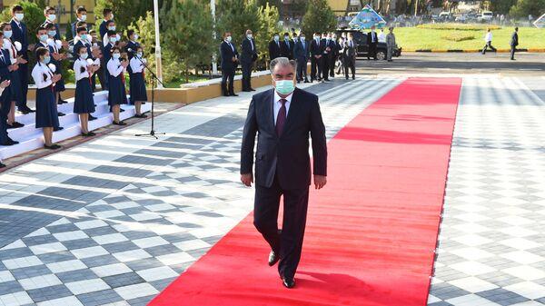 Президент Таджикистана Эмомали Рахмон на красной дорожке - Sputnik Тоҷикистон
