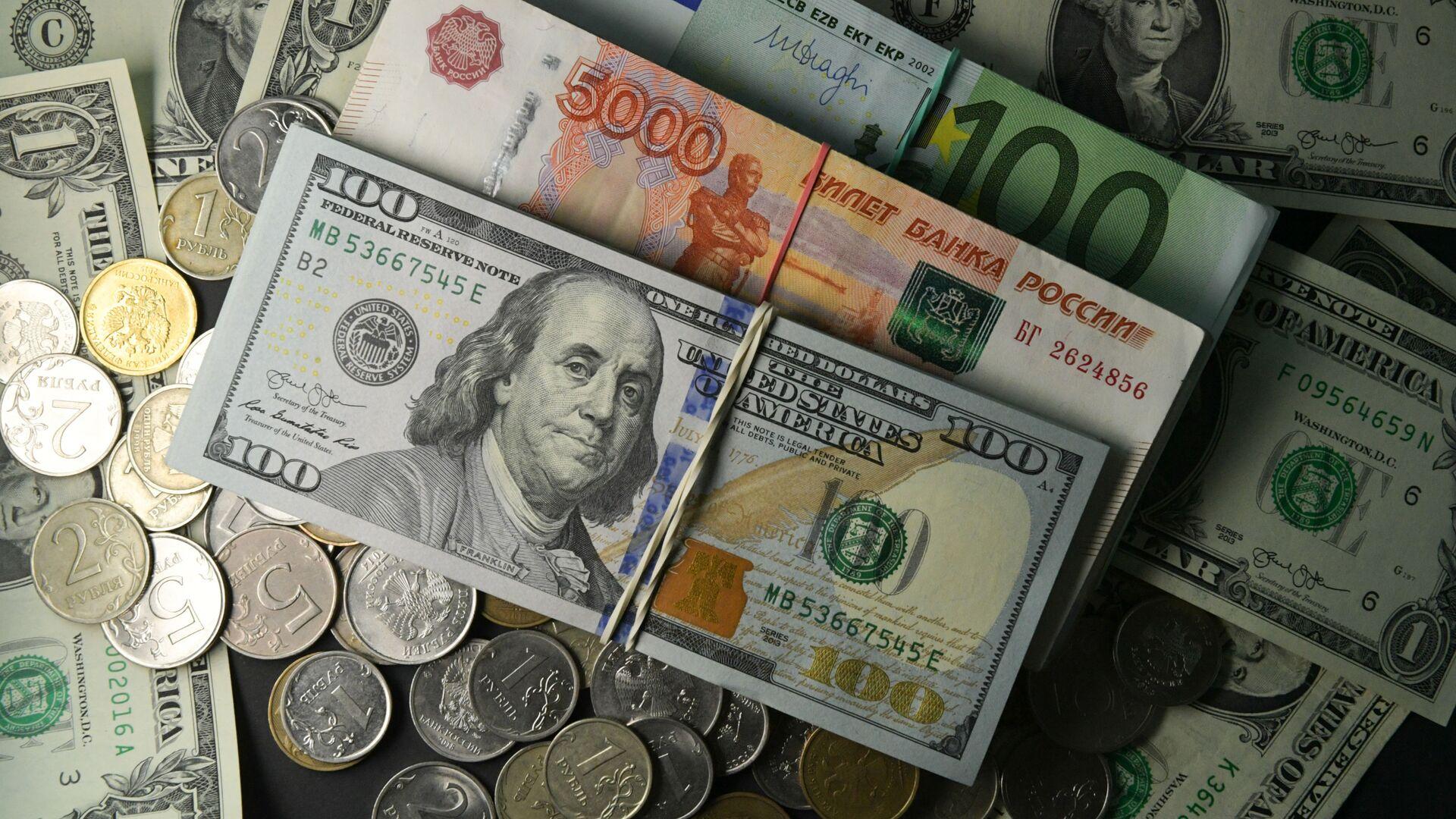 Доллары, рубли и евро - Sputnik Тоҷикистон, 1920, 05.08.2021