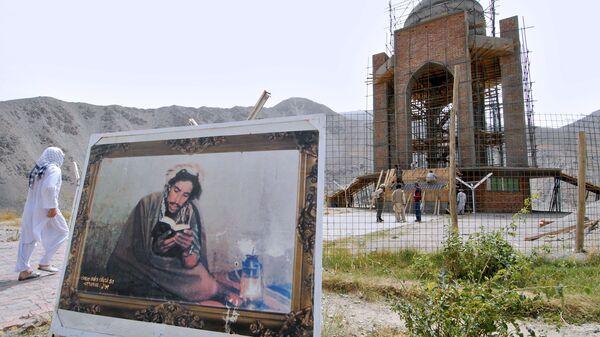 Картина с изображением Ахмад Шах Масуда, установленная возле его могилы в Панджшерском ущелье - Sputnik Тоҷикистон