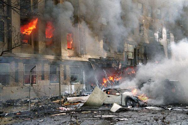 Поврежденный автомобиль во время теракта 11 сентября - Sputnik Таджикистан