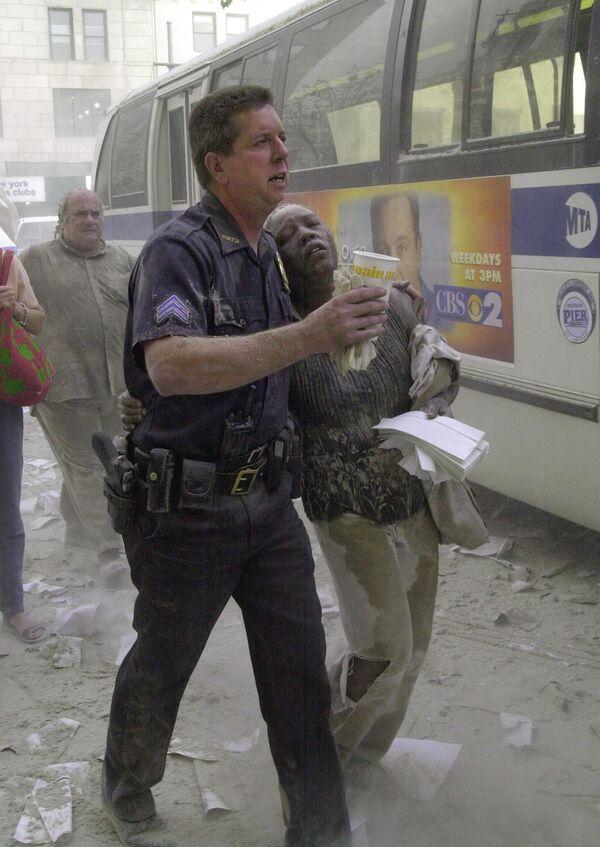 Офицер полиции с пострадавшей во время теракта 11 сентября, США  - Sputnik Таджикистан