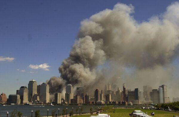 Башни Всемирного торгового центра в огне после теракта 11 сентября - Sputnik Таджикистан