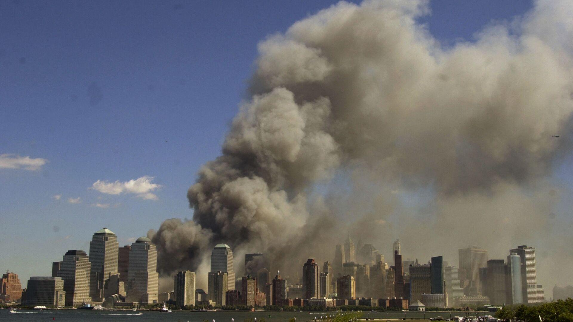Башни Всемирного торгового центра в огне после теракта 11 сентября - Sputnik Таджикистан, 1920, 16.09.2021