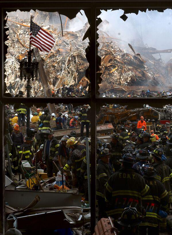 Пожарные на обломках атакованного Всемирного торгового центра в Нью-Йорке  - Sputnik Таджикистан
