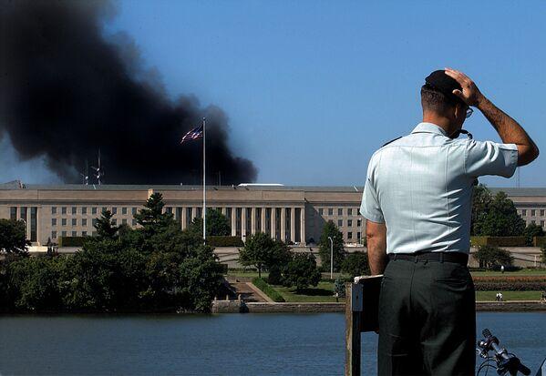 Сотрудник у здания Пентагона после теракта 11 сентября, США - Sputnik Таджикистан