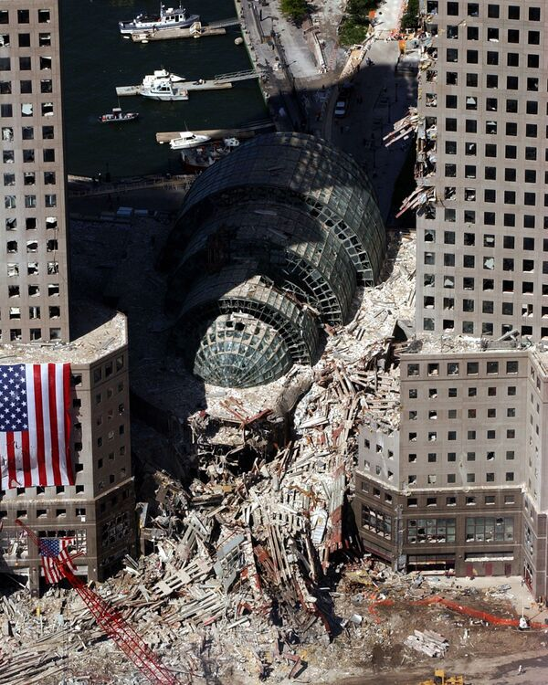 Кусок обрушившегося здания после атаки 9/11 в Нью-Йорке  - Sputnik Таджикистан