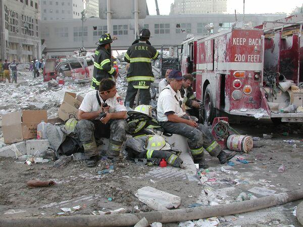 Отдых пожарных во время атаки 9/11 в Нью-Йорке  - Sputnik Таджикистан