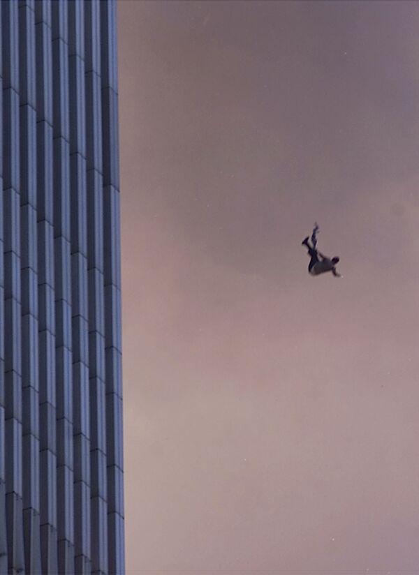 Человек падает с одной из башен Всемирного торгового центра во время теракта 9/11 в Нью-Йорке  - Sputnik Таджикистан