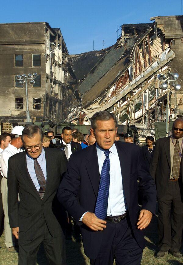 Президент США Джордж Буш у атакованного Пентагона  - Sputnik Таджикистан