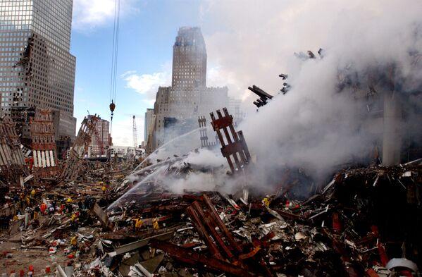 Тушение пожара на месте атакованного Всемирного торгового центра 11 сентября в Нью-Йорке  - Sputnik Таджикистан