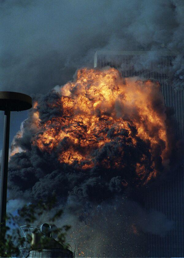 Южная башня Всемирного торгового центра в огне после теракта 11 сентября - Sputnik Таджикистан