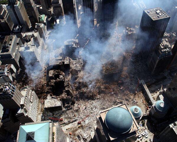 Вид сверху на разрушения на месте атакованного Всемирного торгового центра 11 сентября в Нью-Йорке  - Sputnik Таджикистан