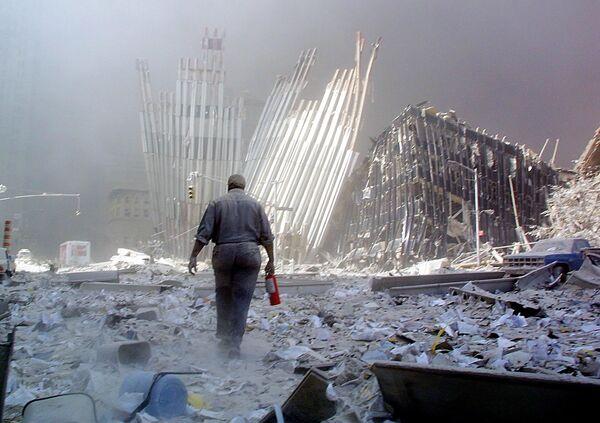 Мужчина с огнетушителем на месте атаки Всемирного торгового центра 11 сентября в Нью-Йорке  - Sputnik Таджикистан
