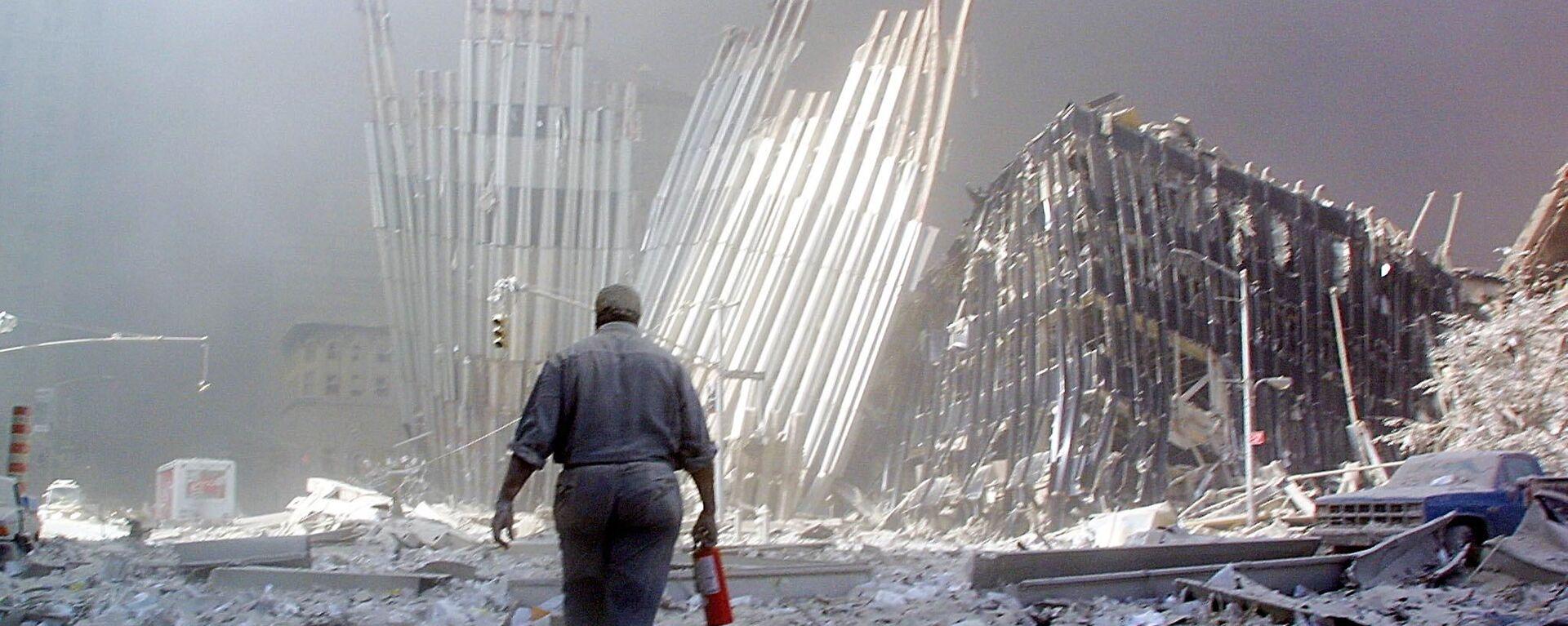 Мужчина с огнетушителем на месте атаки Всемирного торгового центра 11 сентября в Нью-Йорке  - Sputnik Таджикистан, 1920, 09.09.2021