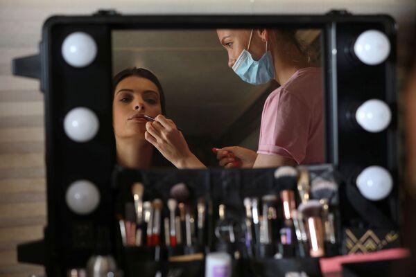 Модель из Израиля во время подготовки к фотосессии для модного бренда FIX's Princess Collection в Дубае  - Sputnik Таджикистан