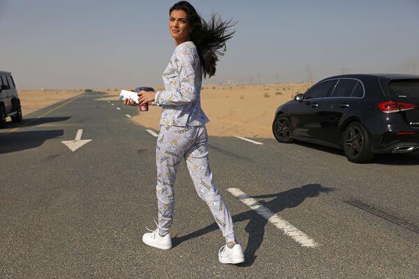 Модель из Израиля до начала фотосессии для модного бренда FIX's Princess Collection в Дубае  - Sputnik Таджикистан