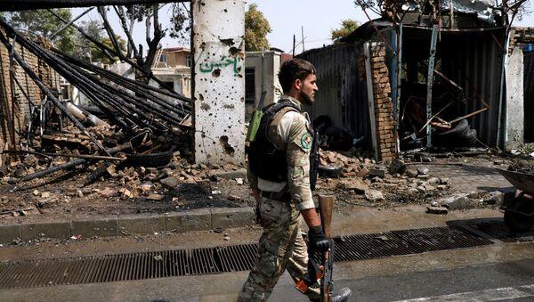 Военнослужащий Афганистана на месте взрыва в Кабуле - Sputnik Таджикистан