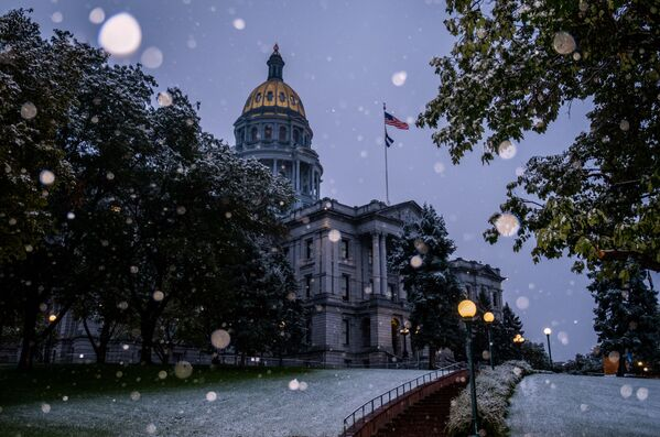 Заснеженное здание Капитолия штата Колорадо в Денвере - Sputnik Таджикистан