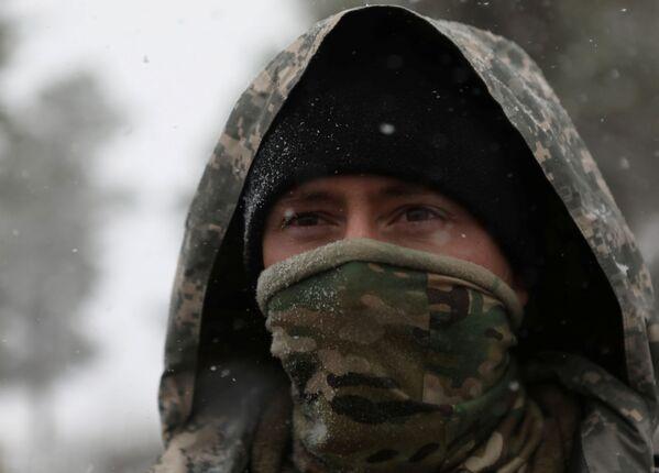 Член национальной гвардии Колорадо во время снегопада в Форт-Коллинсе - Sputnik Таджикистан