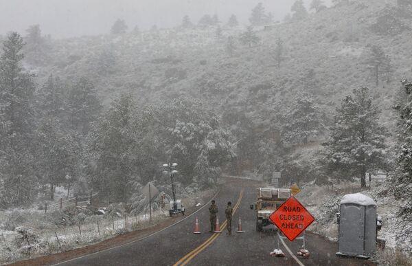 Члены национальной гвардии Колорадо у знака дорога закрыта во время снегопада в Форт-Коллинсе - Sputnik Таджикистан