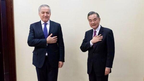 Министры иностранных дел Таджикистана Сироджиддин Мухриддин и Китая Ван И - Sputnik Таджикистан