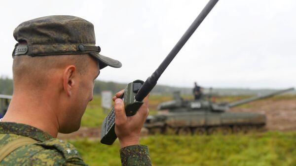 Военнослужащий во время учений танковой армии - Sputnik Таджикистан