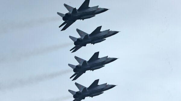 Истребители-перехватчики МиГ-31К с гиперзвуковыми ракетами Кинжал - Sputnik Таджикистан