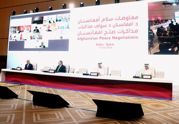 Участники из США, Катара и Афганистана во время переговоров между правительством Афганистана и движением Талибан (запрещено в РФ) в Катаре - Sputnik Таджикистан