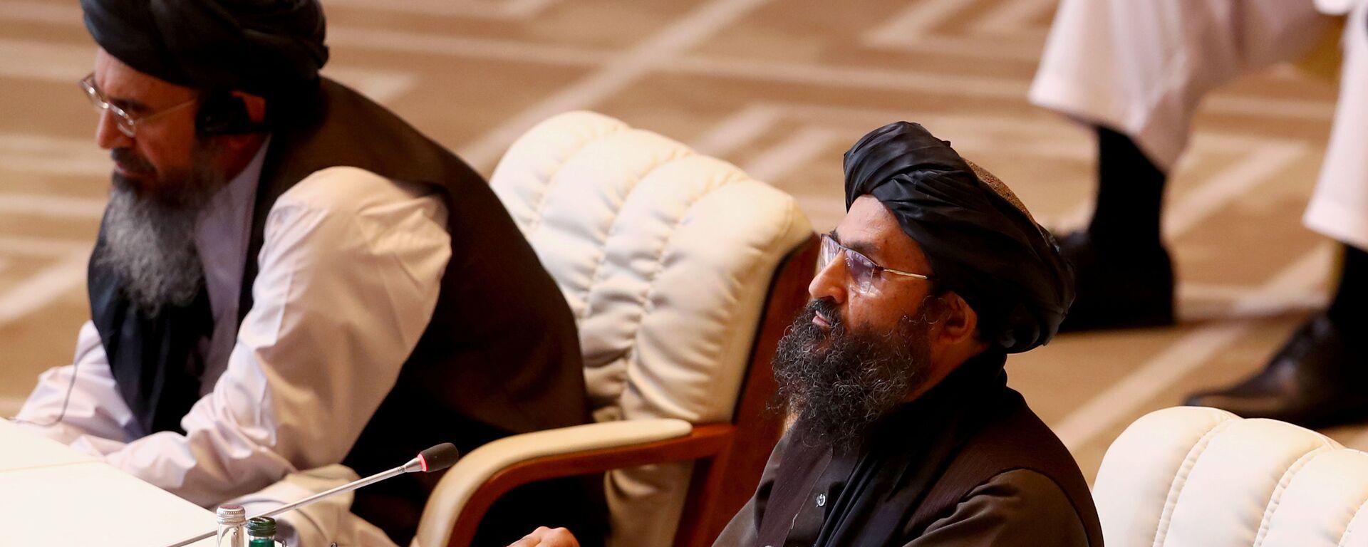 Лидер движения Талибан (запрещено в РФ)  во время переговоров с правительством Афганистана в Катаре - Sputnik Таджикистан, 1920, 11.05.2021