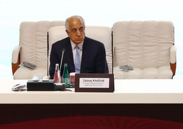 Амеркианский дипломат Залмай Халилзад во время переговоров между правительством Афганистана и движением Талибан (запрещено в РФ) в Катаре - Sputnik Таджикистан