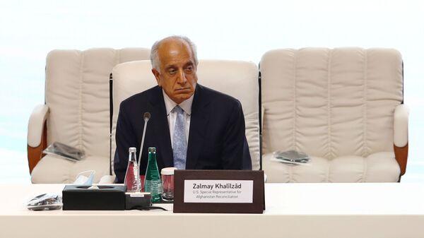 Амеркианский дипломат Залмай Халилзад во время переговоров между правительством Афганистана и движением Талибан (запрещено в РФ) в Катаре - Sputnik Тоҷикистон