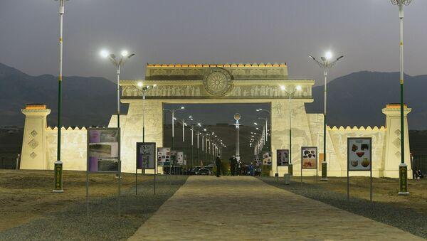 Главные ворота в культурно-исторический комплекс Саразм в Таджикистане  - Sputnik Таджикистан
