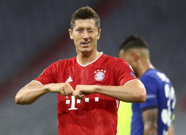 Нападающий Баварии Роберт Левандовский после забитого в матче с Челси гола - Sputnik Таджикистан