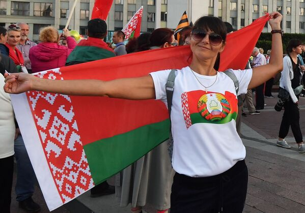 Участница акции в поддержку действующей власти на площади Независимости в Минске - Sputnik Таджикистан