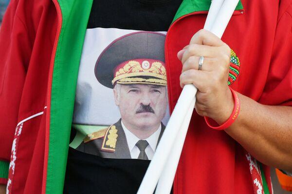 Портрет президента Белоруссии Александра Лукашенко на футболке участницы акции в поддержку действующей власти в Минске - Sputnik Таджикистан