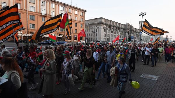Участники акции в поддержку действующей власти в Минске - Sputnik Тоҷикистон