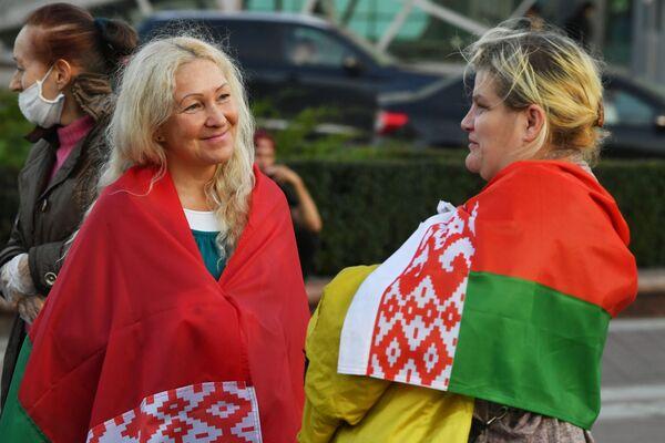 Участницы акции в поддержку действующей власти в Минске - Sputnik Таджикистан