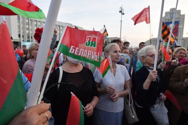 Участники акции в поддержку действующей власти в Минске - Sputnik Таджикистан