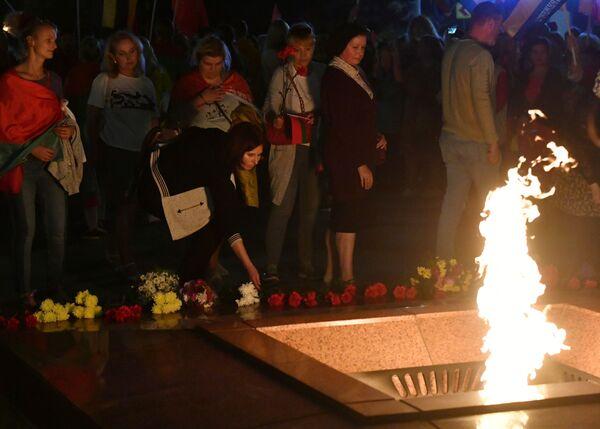 Участники акции в поддержку действующей власти возлагают цветы к вечному огню на Площади Победы в Минске - Sputnik Таджикистан