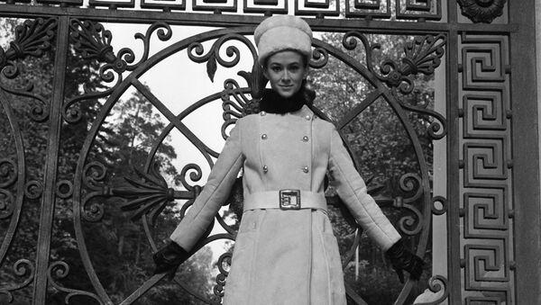 Манекенщица Московского дома моделей в наряде коллекции осень-зима 1968 года - Sputnik Таджикистан