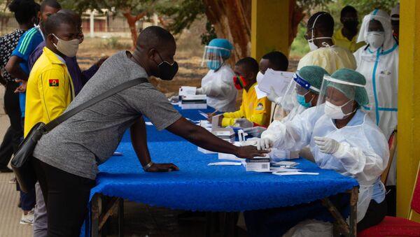 Медицинский работник проводит тестирование на коронавирус COVID-19 в Африке - Sputnik Таджикистан