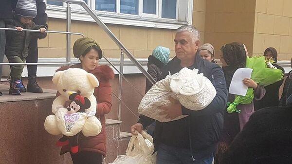 Ёкуб Салимов бо фарзандони навзодаш - Sputnik Таджикистан
