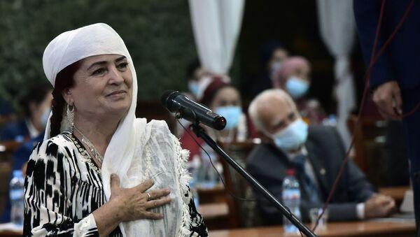 Жительница Куляба, заслуженная труженица Саъбагул Валиева на встрече с президентом - Sputnik Таджикистан
