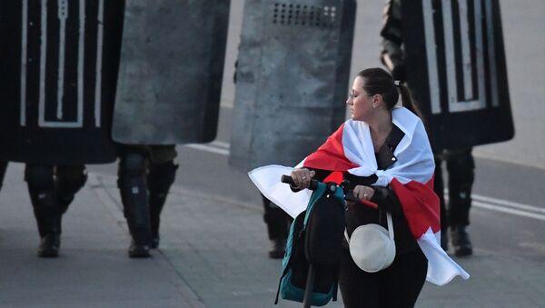 Участница акции протеста оппозиции в Минске - Sputnik Таджикистан
