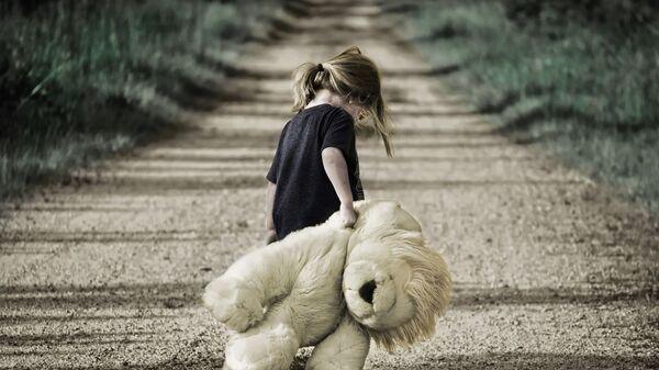 Ребенок с игрушкой на дороге, архивное фото - Sputnik Тоҷикистон