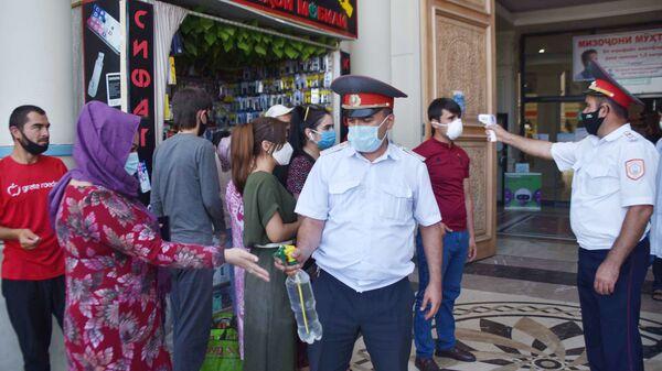 Сотрудники милиции проверяют температуру у посетителей рынка - Sputnik Таджикистан
