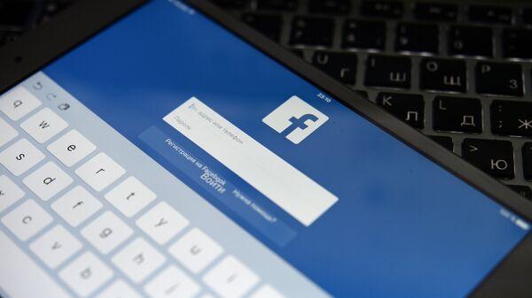 Социальная сеть Facebook на экране планешета - Sputnik Таджикистан